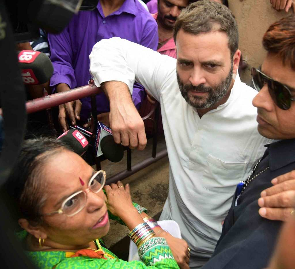 Congress vice-president Rahul Gandhi talking to people in queue outside an SBI ATM in Vakola, Mumbai. Photo: UNI