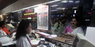 People are increasingly looking for cashless options to make payments. Photo: UNI