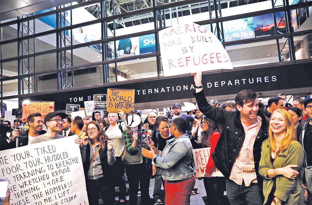 People protest against President Trump's travel ban on Muslim immigrants at the Los Angeles International Airport. Photo: UNI