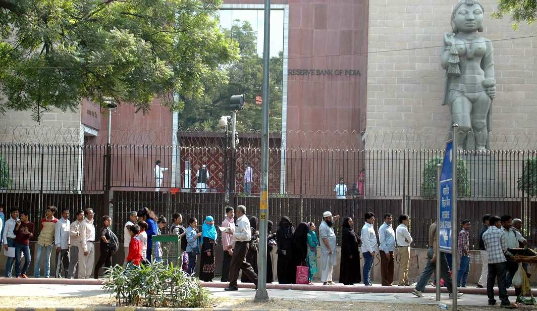 People in front of RBI waiting to exchange their old currency. Photo: UNI