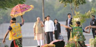 Chinese President Xi Jinping and his wife along with PM Narendra Modi watch a cultural performance while walking on the Sabarmati River front in Ahmedabad, Gujarat. Photo: UNI
