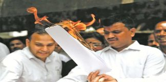 Lawyers burn a copy of the Law Commission's recommendations in Delhi on April 21. Photo: Anil Shakya