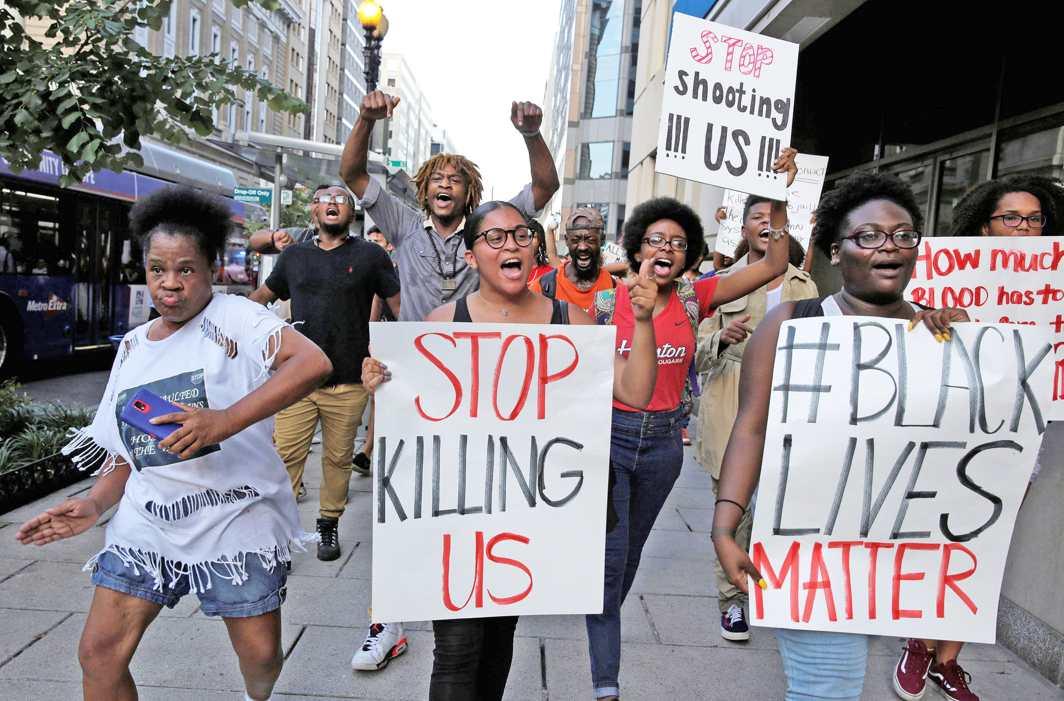 Demonstrators in Washington protesting against violence unleashed on Blacks. Photo: UNI