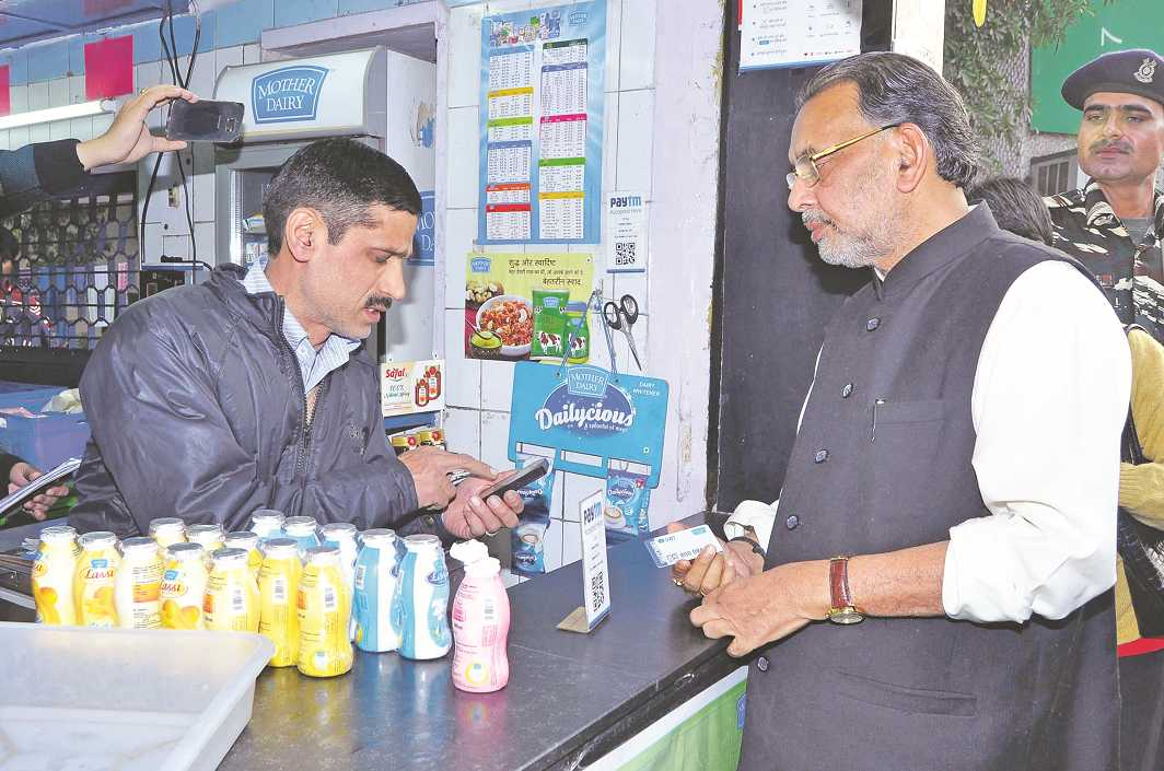 Union Minister of Agriculture and Farmers Welfare, Radha Mohan Singh, visits Mother Dairy Milk outlets in Delhi. Photo: UNI
