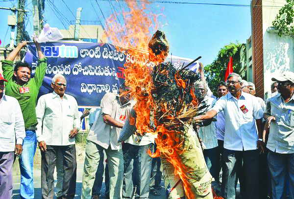 In Vijayawada, CPI (M) activists burnt an effigy of Paytm CEO Vijay Shekhar Sharma. Photo: nyoooz.com