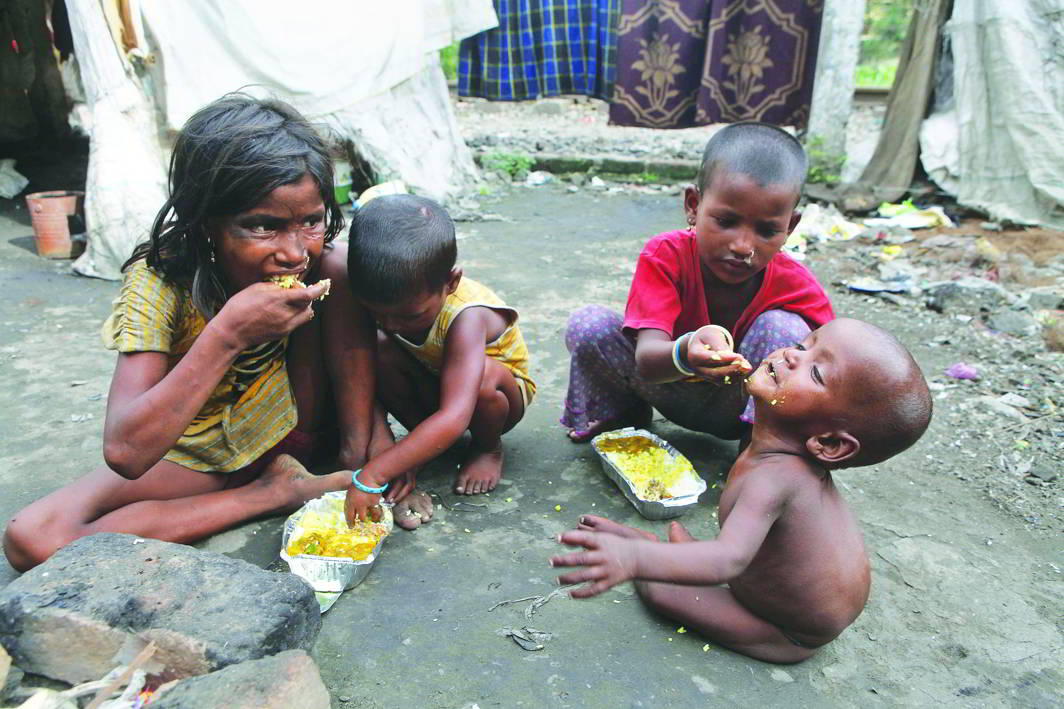 Beggar kids savour a meagre meal. Photo: brainberries.com