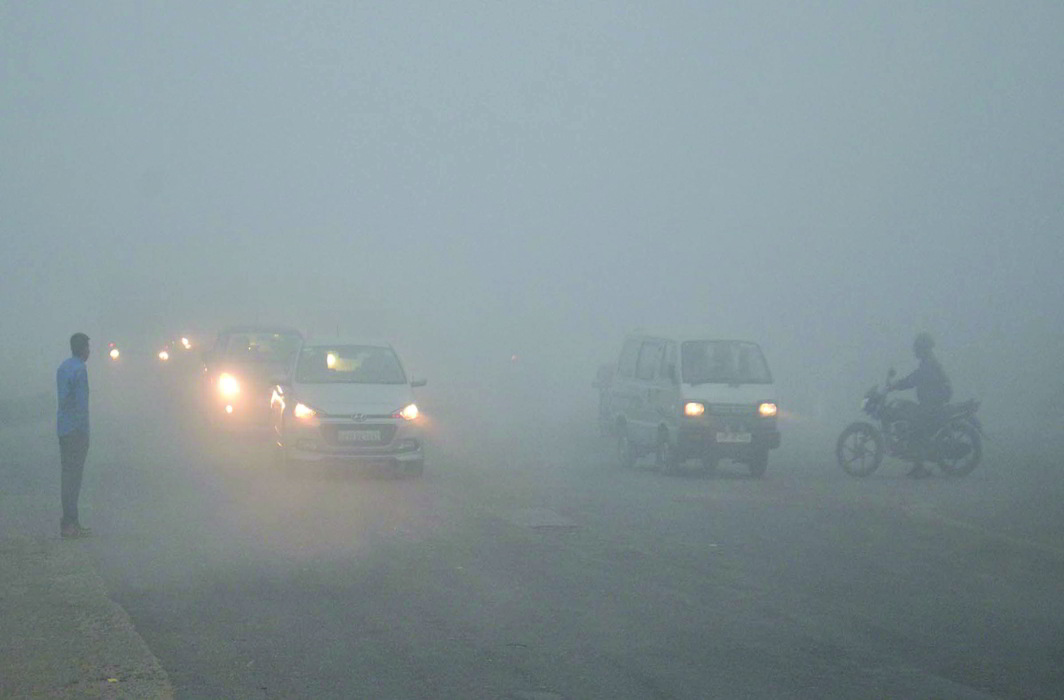 Vehicular traffic crawling on the Agra-Delhi National Highway due to the dense smog. Photo: UNI
