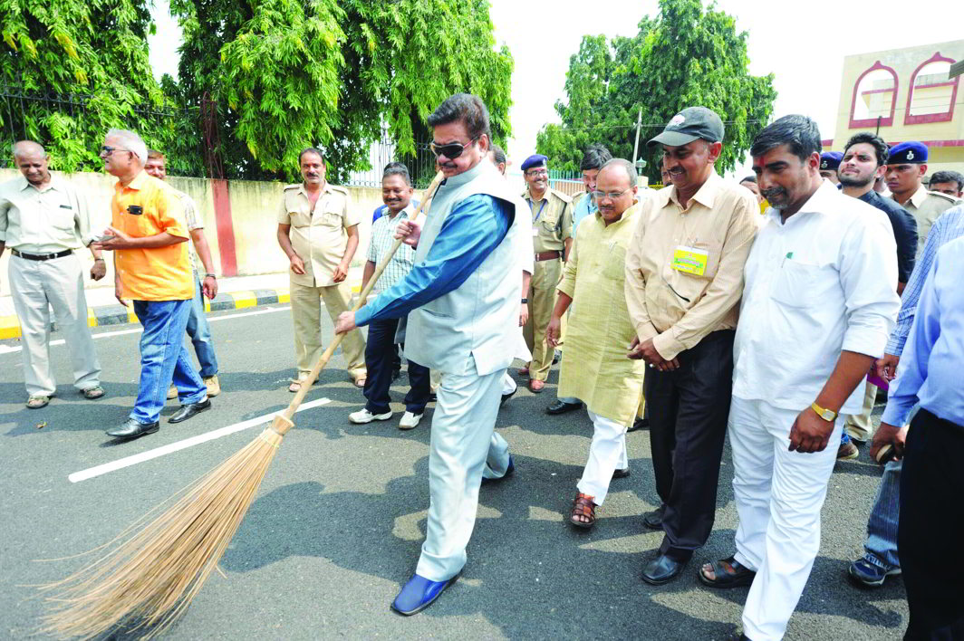 BJP MP Shatrughan Sinha wields a broom with party MLAs during the launch of prime minister's Clean India mission, in Patna. Photo: UNI