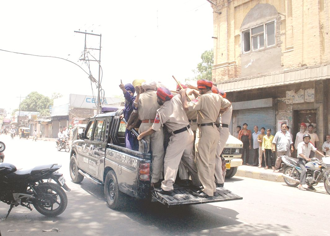 Members of radical Sikh groups being arrested while trying to force shops to down shutters in Amritsar. Photo: UNI