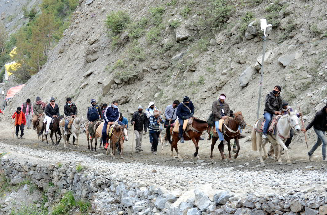 First batch of pilgrims at Railpateeri Baltal moving towards holy Amarnath cave shrine in south Kashmir Himalayas on the first day of the 48-day-long pilgrimage (file picture)/Photo: UNI