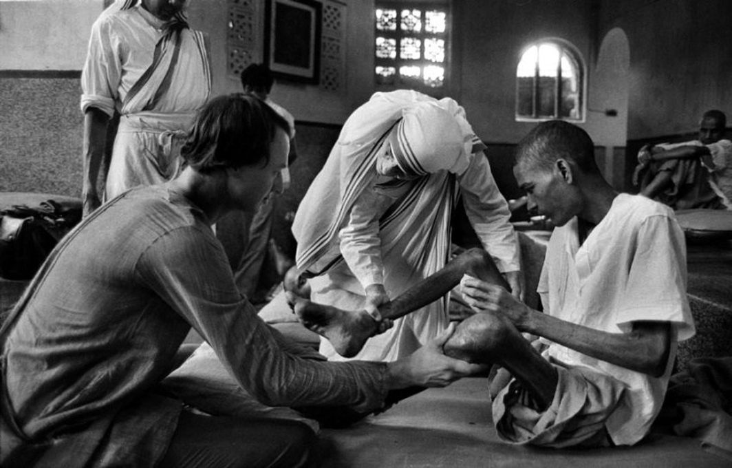 An iconic photograph of Mother Teresa, her nuns and volunteers looking after a leprosy-afflicted man at a Missionaries of Charity home in Kolkata. Photo: infinitefire.org