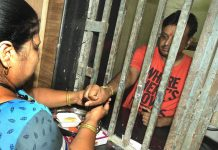 A sister celebrating Raksha Bandhan with her brother imprisoned in a Jaipur jail/Photo: UNI