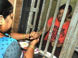 A sister celebrating Raksha Bandhan with her brother imprisoned in a Jaipur jail/Photo: UNI
