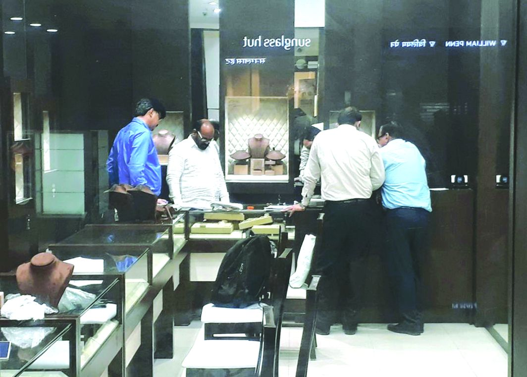 Enforcement Directorate officials sealing the Gili showroom in Thane. Photo: UNI