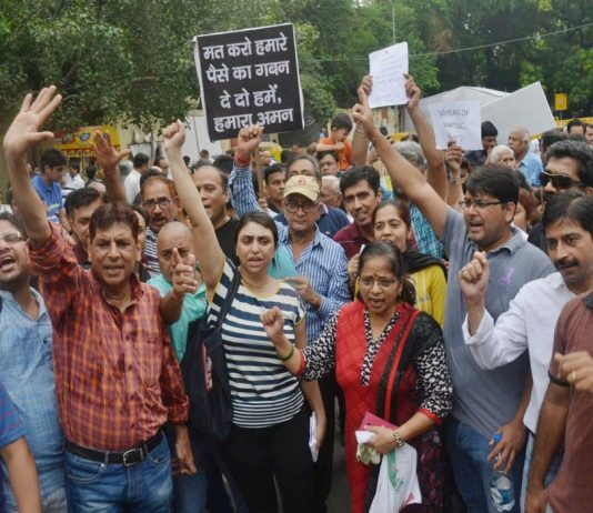 Jaypee home buyers demand a judicial probe into the delay of their flat allotments/Photo: UNI