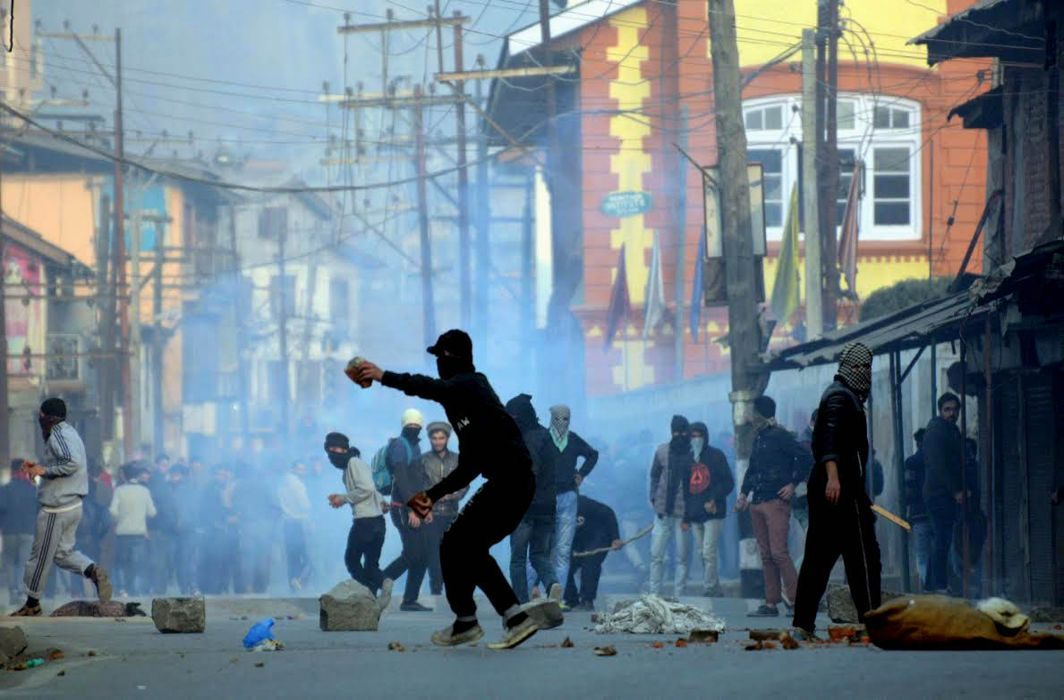 Youths pelting stones towards security forces in J&K (representative image)/Photo: UNI