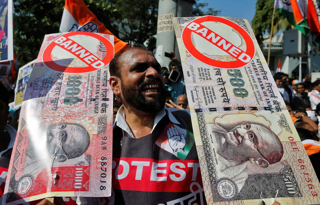 A man holds placards and shouts slogans during a rally against the government's decision to withdraw 500 and 1000 Indian rupee banknotes from circulation, in Mumbai (file picture)/Photo: UNI