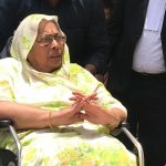 Octogenarian Saroj Kumari Singh, widow of Arjun Singh, arriving in a wheelchair in a Bhopal court/Photo courtesy: news18.com