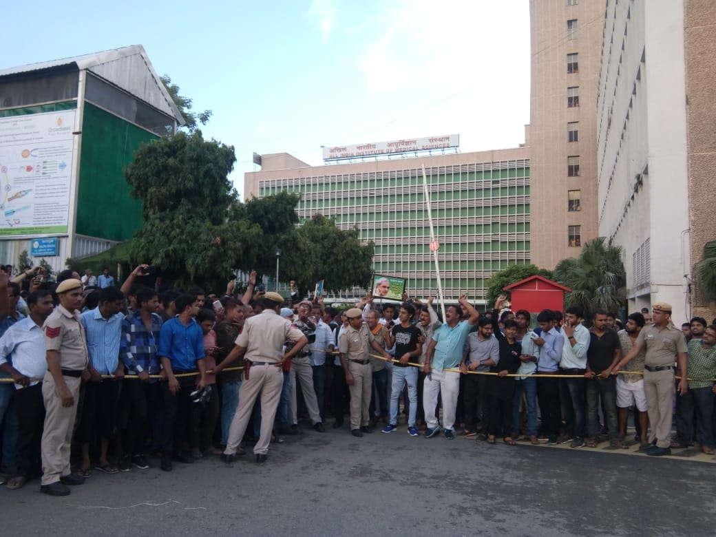 Crowd outside AIIMS in Delhi where former PM Atal Bihari Vajpayee died/ Photo: Anil Shakya