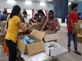 College students preparing packets comprising essential items to be distributed to flood victims in Thiruvananthapuram/Photo: UNI