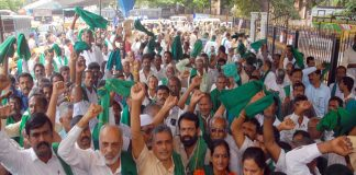 Farmers in Bengaluru protest against the Karnataka government while demanding a waiver of crop loans/Photo: UNI