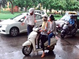 Chandigarh traffic police spreading awareness about road safety among women two-wheeler riders/Photo: twitter/@trafficchd