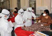 A central medical team checking swine flu patients at Gandhi Hospital in Hyderabad/Photo: UNI