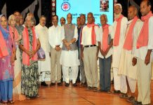 Union Home Minister Rajnath Singh with EPFO pensioners in Lucknow/Photo: UNI