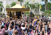 Sultan Hassanal Bolkiah greets people to mark 50 years on throne in Brunei/Photo: UNI