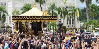 Sultan Hassanal Bolkiah greets people to mark 50 years on throne in Brunei/Photo: UNI