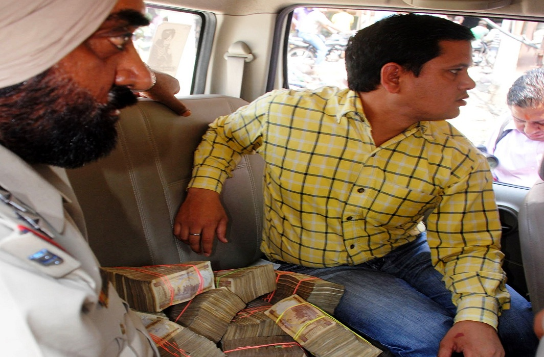 Currency worth Rs 75 lakh seized by the Punjab police during the 2014 Lok Sabha polls/Photo: UNI