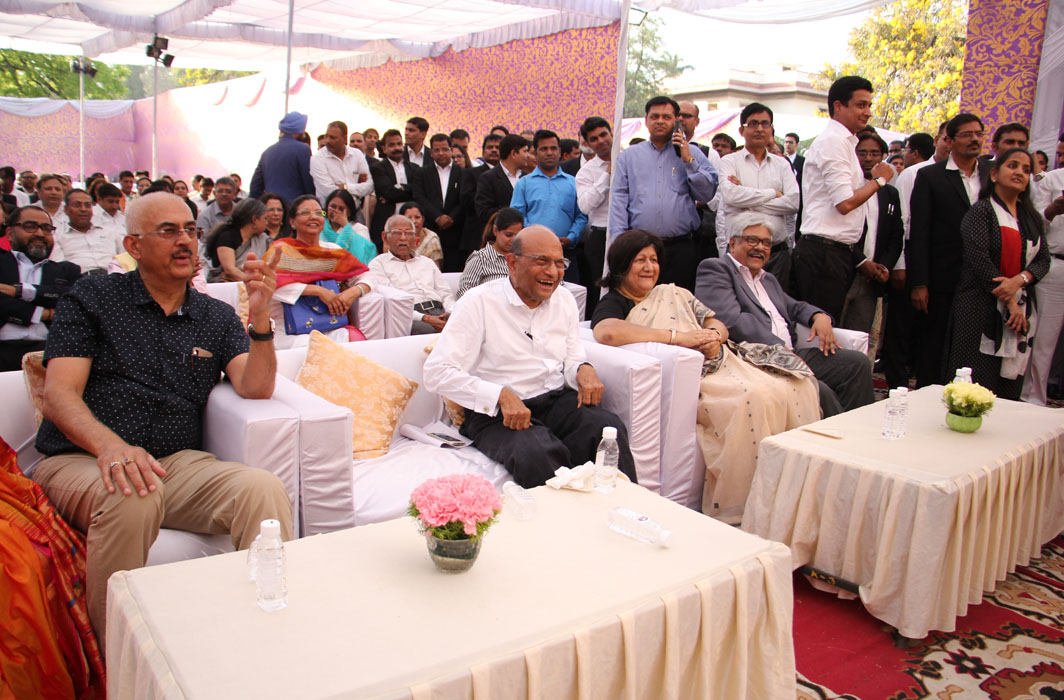 (From left) Vikas Singh and PH Parekh, senior members, SCBA, with Justice Banerjee and Justice Joseph