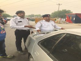 Delhi Police issuing a challan for traffic violation/Photo: Twitter