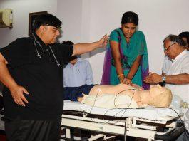 Doctors supervising cardiopulmonary resuscitation training in New Delhi/Photo: UNI
