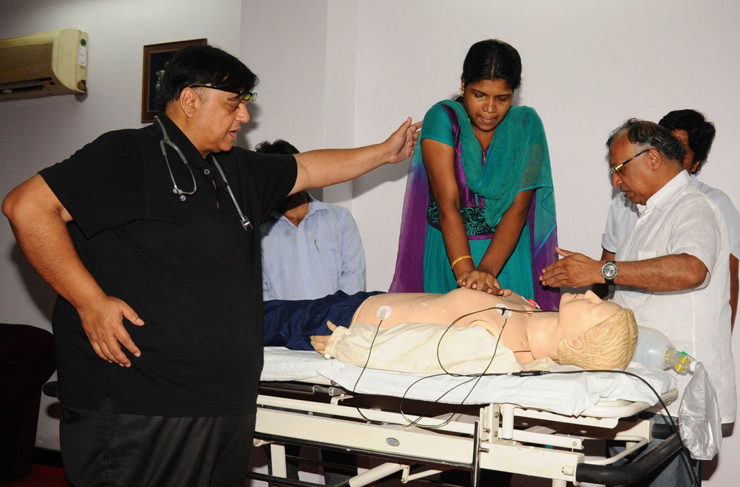 Doctors supervising cardiopulmonary resuscitation training in New Delhi/Photo: UNI