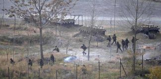 Indian Army soldiers search for suspected militants after a gunbattle in Mohra, Uri Sector, on December 5, 2014/Photo: UNI