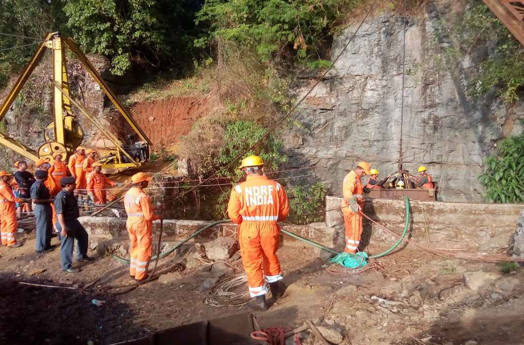 A relief team tries to save miners trapped inside an illegal coal mine in East Jaintia Hills/Photo: Twitter