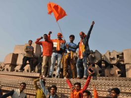 Vishwa Hindu Parishad workers at the disputed site in Ayodhya/Photo: UNI