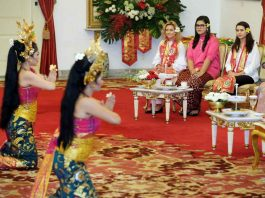 ELITE COMPANY: The daughters of US vice-president Mike Pence, Charlotte and Audrey, sit with the daughter of Indonesian President Joko Widodo, Kahiyang Ayu (2nd R), as they watch a Balinese dance performance at Merdeka Palace in Jakarta, Reuters/UNI