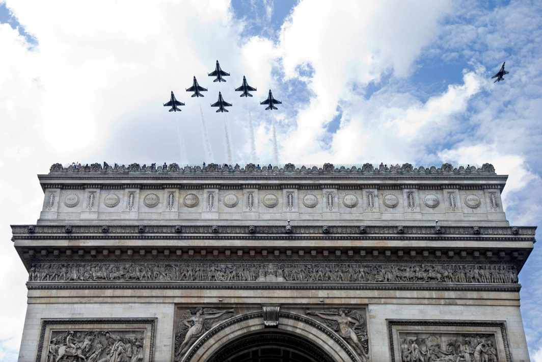 SHOW OF STRENGTH: The US Air Force Thunderbirds fly over the Arc de Triomphe during a rehearsal of the traditional Bastille Day military parade in Paris, Reuters/UNI