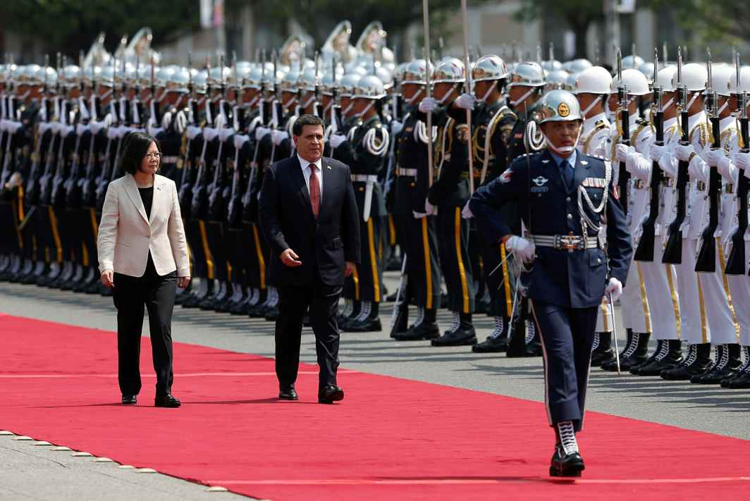 WELCOME: Paraguay's President Horacio Cartes (C) and Taiwan's President Tsai Ing-wen review the honour guard at a welcoming ceremony, in Taipei, Taiwan Reuters/UNI