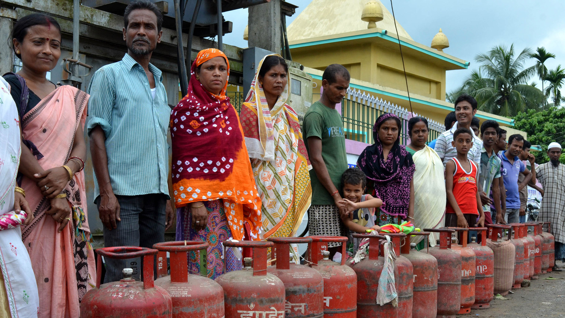 Cooking gas cheaper by Rs 25 per cylinder