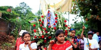 """WALK OF FAITH: Women participate in an indigenous procession in honour of the Virgin of Los Angeles known as """"Las Mariitas"""", as a celebration of the mother goddess Tonantzin, in Izalco, El Salvador, Reuters/UNI"""