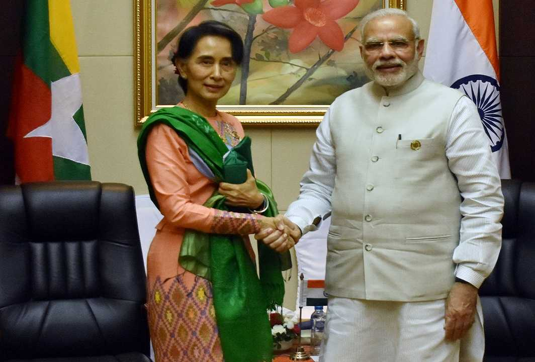 (L-R) Myanmar's de facto leader Aung San Suu Kyi and Indian Prime Minister Narendra Modi