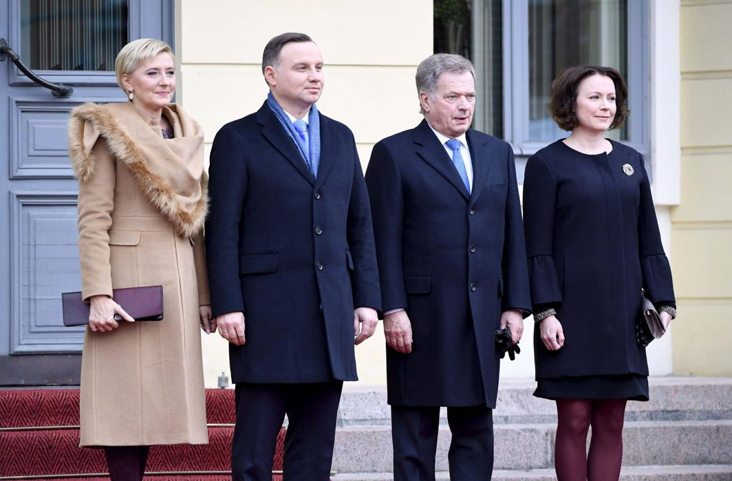 MEET CUTE: Polish President Andrzej Duda (2nd L) and his wife, Agata Kornhauser-Duda (L), are welcomed by Finnish president Sauli Niinisto and his wife, Jenni Haukio, during the official welcoming ceremony in front of the Presidential Palace in Helsinki, Finland, Lehtikuva/Jussi Nukari/Reuters/UNI