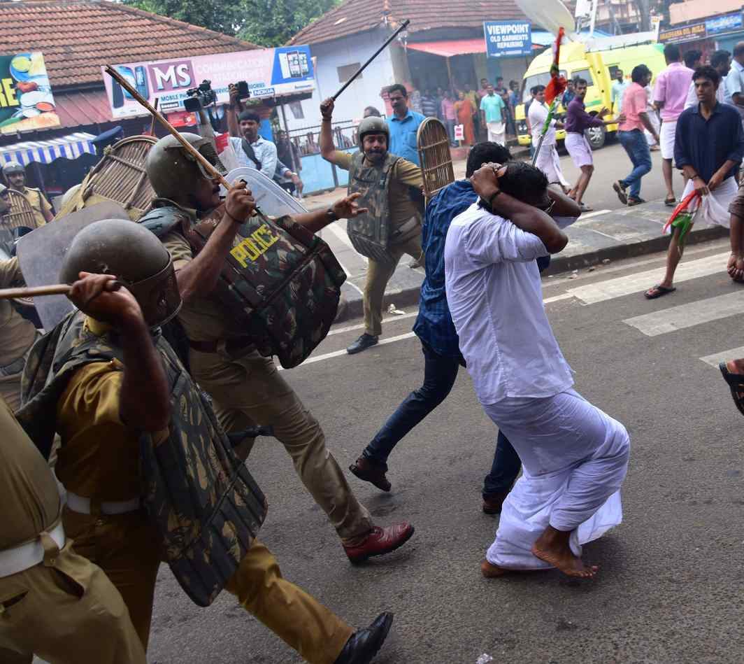 COPS' CRUELTY: Police resort to lathicharge to disperse Youth Congress workers staging a protest march to Cliff House, the official residence of Kerala Chief Minister, demanding resignation of Transport Minister Thomas Chandy, who is facing allegations of land encroachment for a luxury lake resort owned by him, in Thiruvananthapuram, UNI