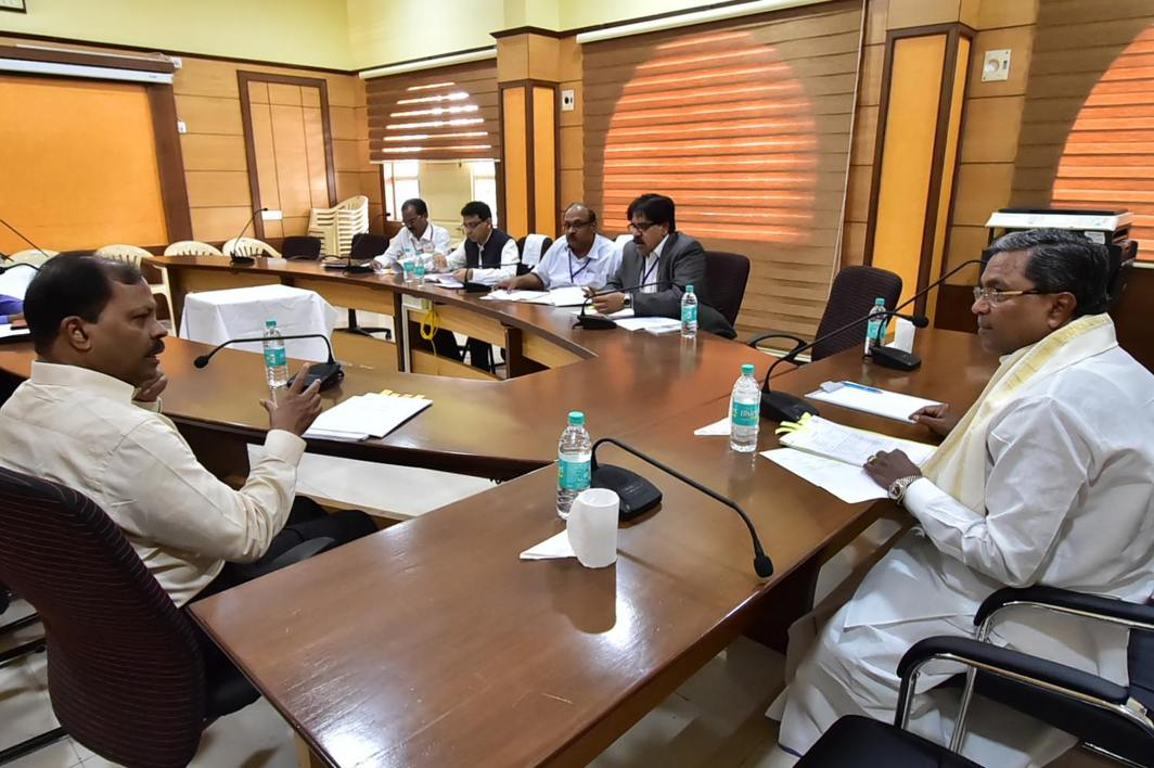 MEET THE CM: Karnataka Chief Minister Siddharamaiah holds a meeting with officers in Belagavi, UNI