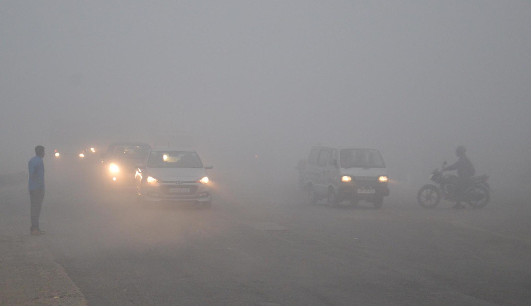 TOXIC HAZE: Vehicles on the Agra-Delhi national highway with the locality covered in dense smog, in Mathura. It led to an 18-car pile-up, resulting in at least one death, UNI