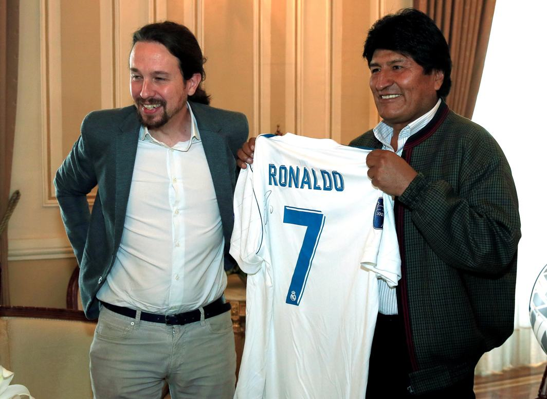 BEAUTIFUL GAME: Bolivia's President Evo Morales holds an autographed t-shirt of Real Madrid's soccer player Ronaldo, a gift from Spanish Pablo Iglesias, leader of the left-wing party Podemos, at the presidential palace in La Paz, Bolivia, Reuters/UNI