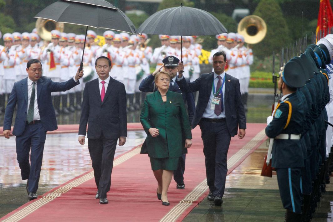 WALK OF HONOUR: Chile's President Michelle Bachelet (front R) and her Vietnamese counterpart Tran Dai Quang review the guard of honour during a welcoming ceremony at the Presidential Palace in Hanoi, Vietnam, Reuters/UNI